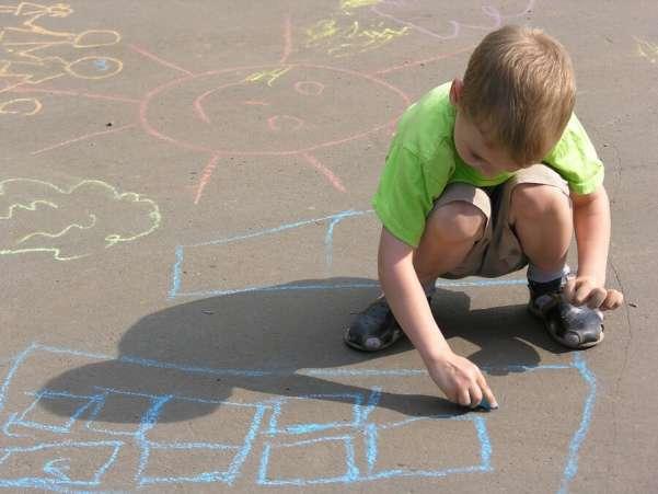 Desenho infantil com giz de calçada