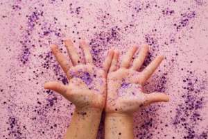 using glitter to teach kids to wash hands