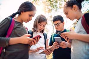 Pros and cons of allowing cell phones in school