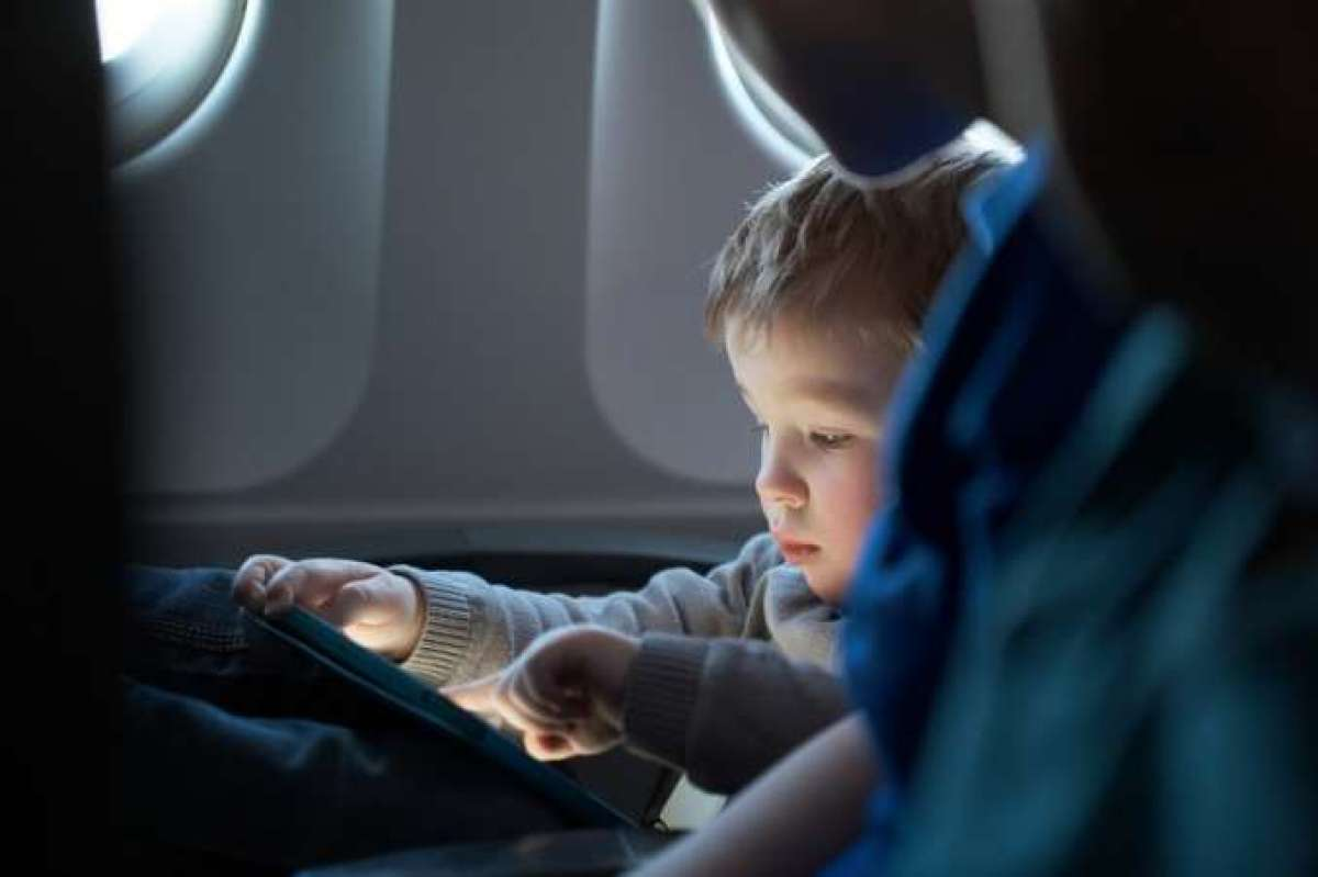 3 essential tips to survive a long plane ride with your children
