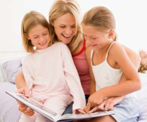Momreadsbookwithtwodaughters